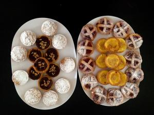 Vassoi da colazione: tortini del nonno e della nonna, crostatine con marmellata, budini di riso