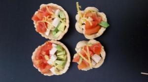 Barchette in pasta brisee vegana con pomodorini, tofu e avocado, aromatizzati al limone