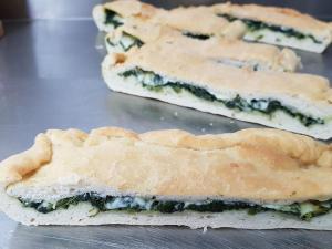 Focaccia cotta con spinaci e mozzarella