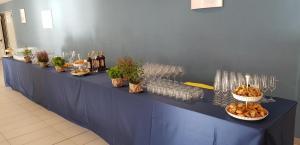 """Aperitivo al Polo Piagge: il tavolo delle bevande con aperitivi Taccola, vini, prosecco e birra di """"Torre a Cenaia"""""""