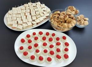 Pasticceria secca salata, mini tramezzini e canapè ricotta al pesto e pomodorini