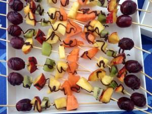 Spiedini di frutta con decorazioni al cioccolato