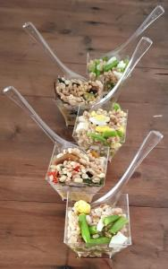 Insalate di farro: con fagiolini e uova e con misto verdure di stagione