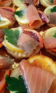 Tartine a specchio con salmone e agrumi