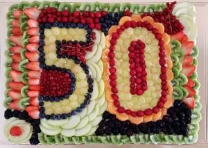 Torta di compleanno alla frutta con gelatina - cinquantesimo